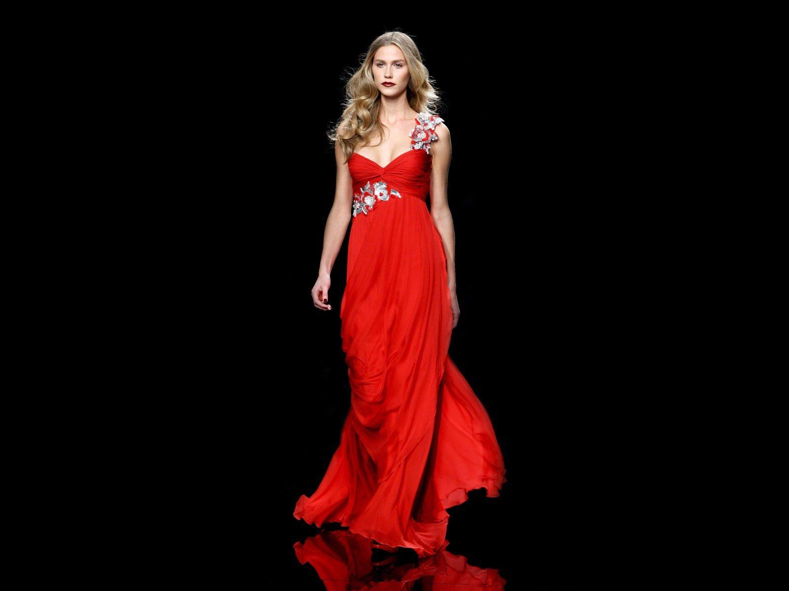 Женщина в вечернем платье