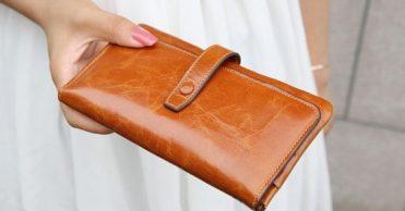 Тайна женской сумочки это еще одна нерешаемая загадка мироздания. Что,  небрежным жестом фокусника, вытащит на этот раз женщина  Может зеркальце,  помаду ... 4de088a9ce0